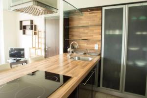 A kitchen or kitchenette at The Edges A2B