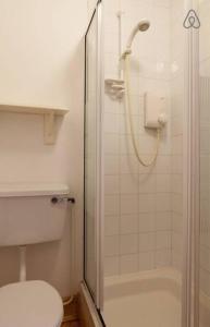 A bathroom at Swallows Rest Garden Apartment
