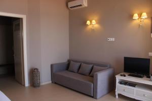 A seating area at Pictures Suites