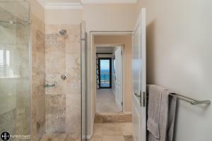 A bathroom at Pezula Ocean view villa-SR1