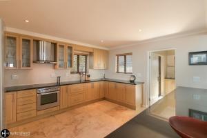 A kitchen or kitchenette at Pezula Ocean view villa-SR1
