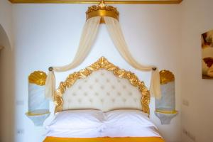 A bed or beds in a room at Palazzo Rocco Villa Sunshining in Love