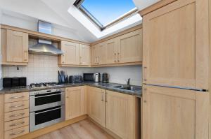 A kitchen or kitchenette at Valentis Executive Housing Harlow/Stansted Airport