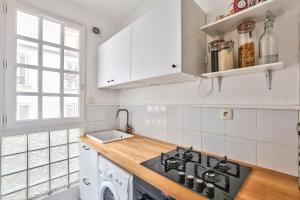 A kitchen or kitchenette at Cozy apartment of 37m2 for 4 people