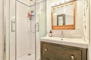 A bathroom at Cozy apartment for 4 people near Buttes Chaumont