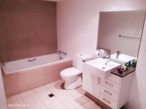 Ванная комната в Wentworth Park Apartments