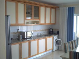 A kitchen or kitchenette at Apartamento Vila Marachique