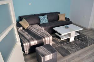 A seating area at UnderTheFortress Apartment