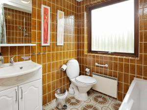 A bathroom at Three-Bedroom Holiday home in Bindslev 6