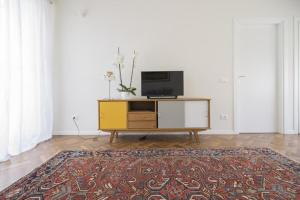 A television and/or entertainment center at Hozyhome- Duomo Suite in Via San Pietro All'Orto