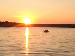 Lomamökki – auringonlasku tai auringonnousu majoituspaikasta nähtynä