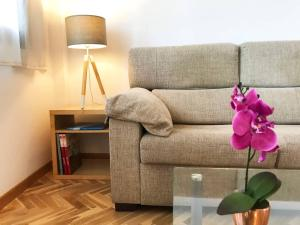 A seating area at BRIGHT COZY LOFT 10 min FROM GRAN VIA