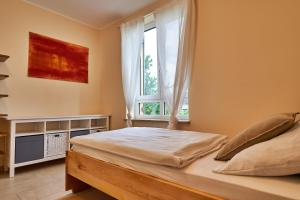 Ein Bett oder Betten in einem Zimmer der Unterkunft Ferienwohnungen Gut Mischenried