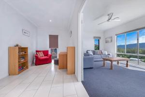 A seating area at Viewpoint Holiday Home - Cannonvale