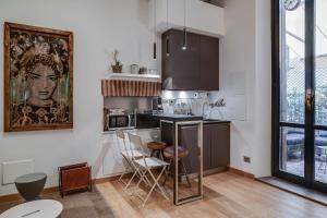 A kitchen or kitchenette at Splendido monolocale nel cuore di Brera