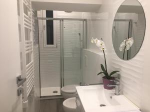 A bathroom at Monolocale Porta Venezia