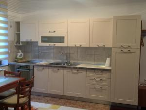 A kitchen or kitchenette at Four Hearts in Old Town
