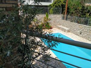 Θέα της πισίνας από το Kassandra Villa ή από εκεί κοντά