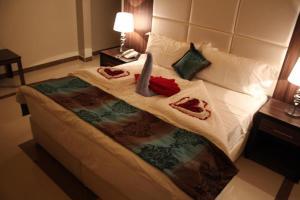 Een bed of bedden in een kamer bij Pearls Venice Hotel Apartments