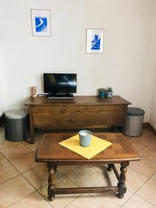 A television and/or entertainment center at Le gîte du Vent Debout