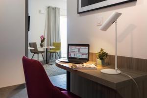 Néméa Appart Hotel Résidence So Cloud tesisinde bir televizyon ve/veya eğlence merkezi
