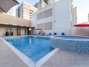 المسبح في OYO 249 Oasis Hotel Apartment أو بالجوار