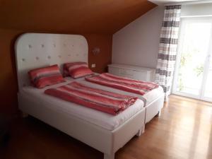 Ein Bett oder Betten in einem Zimmer der Unterkunft Ferienhaus mit Wintergarten