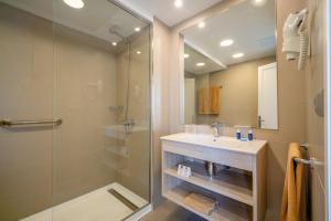 Een badkamer bij Apartamentos Galeon Playa