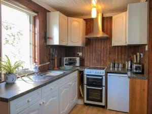 A kitchen or kitchenette at Fisherman'S Cottage