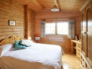 A bed or beds in a room at Pine Lodge