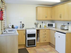 A kitchen or kitchenette at The Gatehouse