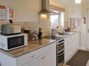 A kitchen or kitchenette at Hafan