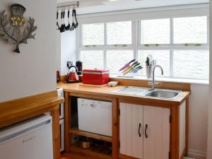 A kitchen or kitchenette at Dalskairth Mews