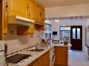 A kitchen or kitchenette at River View