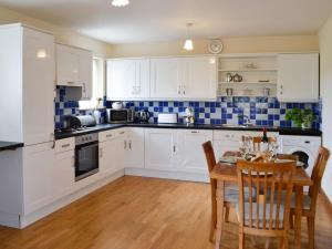 A kitchen or kitchenette at Peace