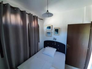 Un pat sau paturi într-o cameră la Ioannis Apartments