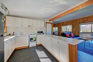 A kitchen or kitchenette at Freycinet Sanctuary 4