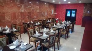 A restaurant or other place to eat at Raynor Hotel Apartments
