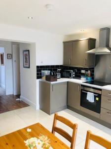 A kitchen or kitchenette at The Lodge, Hale Village