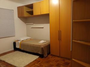 A bed or beds in a room at Apto 2Q pxmo Ufrgs,Hospitais Clínicas, E Dorneles, Cardiologia, Poa e Pronto Socorro