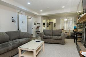 A seating area at Exec Suite Ideal for Families