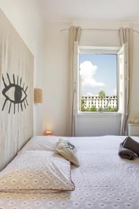 A bed or beds in a room at Le st francois - GORGEOUS APT ART-DÉCO,LIFT, A/C, 20 METERS BEACH