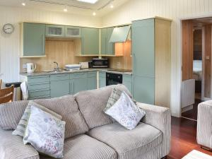 A kitchen or kitchenette at Cherry Tree Lodge