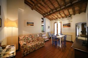 A seating area at Fabio Apartments San Gimignano
