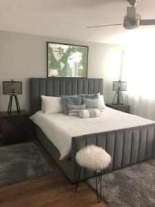 A bed or beds in a room at Orlando Mid Century Modern