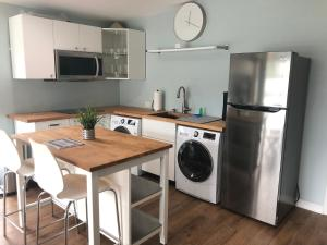 A kitchen or kitchenette at Orlando Mid Century Modern