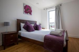A bed or beds in a room at Flexi-lets@Station View Guildford