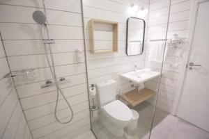 A bathroom at Los Olivos Beach Resort