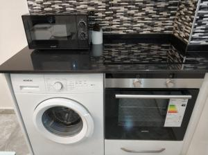 Кухня или мини-кухня в Oba Suites