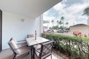 A balcony or terrace at Maui Parkshore 110